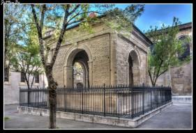 Esta extraña construcción funeraria llamada Pendentif (pechina) data del siglo XVI y se encuentra al lado de la catedral San Appolinaire. Construido a la memoria de un monje llamado Mistral, con forma de arco de triunfo, tiene una parte redonda en su interior con una pechina, base de una cúpula. Antes era probablemente una capilla, y la tumba del monje se encuentra debajo.