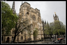 La catedral de San Andrés de Burdeos es una catedral de estilo gótico aunque tiene un origen románico. Fue construida a finales del siglo XI y consagrada en 1096. Tiene una planta de cruz latina y una nave única de 124 metros de longitud. Fue concebida para albergar cuatro campanarios, pero finalmente solo se construirían dos con sus agujas. El aspecto que toma la catedral por lo tanto es bastante pesado y grave, debido principalmente a los refuerzos con los que tuvo que ser construida, al estar situada sobre suelo de marismas La catedral está flanqueada por una torre del siglo XV al este del presbiterio y separada del resto de la catedral: el campanario o torre Pey Berland, que fue ordenada construir por el arzobispo del mismo nombre. Es una torre de cuadrangular con sus contrafuertes, una galería exterior y una flecha octogonal. En su cúspide se halla la estatua de la Notre-Dame de Aquitania realizada en 1862.