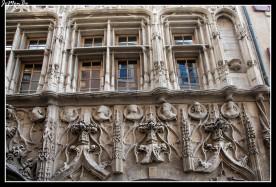 La casa de las cabezas, construida alrededor de 1530 por Antoine de Dome, un profesor de derecho y cónsul de Valence, es característica de su época, con un estilo entre gótico e inicio del Renacimiento. La casa debe su nombre a su fachada con cabezas esculpidas. Representan alegorías de los cuatro vientos, y personajes emblemáticos de las enseñanzas de la universidad de Valence.
