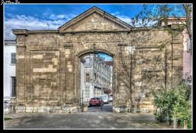 La puerta Saint-Ruf, único vestigio de la antigua prefectura de Drôme, destruida por un bombardeo en 1944., se encuentra al lado de la casa morisca.