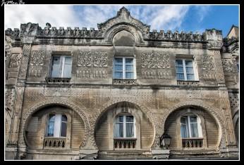 La casa morisca, un edificio del cual se desconoce el uso exacto, es una antigua estructura medieval, a añadieron una fachada de estilo neo morisco. Una obra de los años 1860, mezcla de estilos, típica del siglo XIX. Hay personajes góticos, un estilo oriental, todo eso en una base medieval.