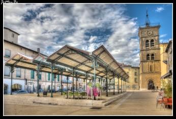 La plaza Saint Jean junto a la iglesia del mismo nombre, tiene un mercado que se desarrolla debajo de una estructura de metal, instalada durante todo el año. En ella también se organizan conciertos y eventos culturales.