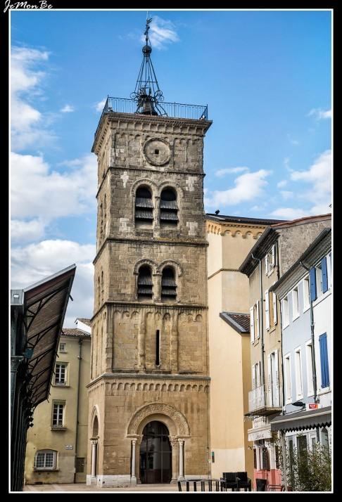 La iglesia Saint Jean, una de las parroquias más antiguas de la ciudad, es una pequeña iglesia con un bello campanario esculpido. La puerta del siglo XII merece una mirada.