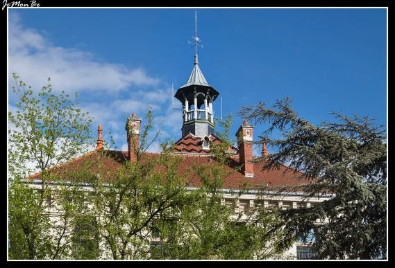 El Hotel de Ville, edificio de finales del siglo XIX y principios del XX, tiene una fachada clásica y un techo de tejas de todos los colores que le quita su aspecto oficial y le da un toque más humano. Encima lleva un beffroi, que es un campanario, pero laico.