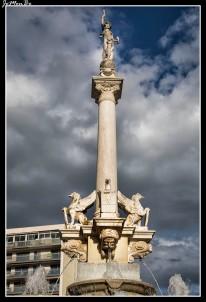 La fuente monumental, en el boulevard Bancel, de 1887 cuando la ciudad se desarrollaba y una fuente más era necesaria para abastecer a los habitantes. La fuente tiene un genio con alas y un espejo en la mano encima de la columna central.