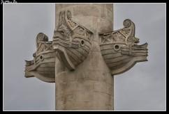 La place des Quinconces fue trazada en 1820 en la ubicación del Château Trompette. Adoptó su forma actual (un rectángulo alargado redondeado con un semicírculo en uno de los lados estrechos) en 1816. Los árboles fueron plantados en 1818 dispuestos en quincunces la figura del número 5 del dado, de aquí el nombre de la plaza. Las dos columnas rostrales de 21 metros de altura frente al Garona fueron erigidas por Henri-Louis Duhamel du Monceau en 1829. Una de ellas simboliza el comercio, mientras que la otra simboliza la navegación.