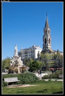 La explanada Charles de Gaulle es un espacio con una superficie total de 3 hectáreas. El elemento central es la fuente de Pradier, que representa en forma alegórica la ciudad de Nîmes, rodeada por cuatro ríos principales en la región de Nîmes. Al sur se encuentran bancos, jardines, plantas y árboles mediterráneos, así como pérgolas cubiertas de bambú. Varios quioscos, incluida una sucursal de la oficina de turismo, marcan el conjunto. Varios edificios importantes rodean la explanada: les Arènes al oeste, el palacio de justicia al norte o la iglesia Sainte-Perpétue y Sainte-Félicité al este.