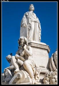 La fuente de Pradier es de mármol blanco. Su elemento principal, una mujer joven de pie, representa alegóricamente la ciudad de Nîmes. Lleva como corona los emblemáticos monumentos romanos de la ciudad: la plaza de toros y la columnata de la Maison Carrée. La estatua principal está rodeada por cuatro estatuas, cuyas cuencas recogen agua. Estos cuatro personajes, dos hombres y dos mujeres, representan cuatro ríos principales de la región de Nîmes: la Fuente de Nimes, fuente madre de la colonia romana, el Gardon, la Fuente de Eure y el Ródano . Cada una de estas representaciones se identifica por su nombre latino, grabado en su base: Nemausa, Vardo, Ura y Rhodan.