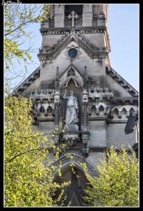 La Iglesia de Santa Perpetua y Santa Felicidad de Nîmes es una iglesia con inspiración ecléctica del Segundo Imperio. Su primera piedra fue colocada en 1852 por Louis Napoleón Bonaparte en persona, la obra fue terminada 12 años más tarde, en 1864. Su aguja de gran altura domina la explanada de Charles de Gaulle.