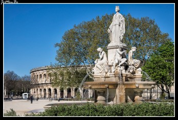 Situado en el centro de Nimes, les Arènes es el segundo anfiteatro más grande del mundo, después del de Roma. Fue construido en el año 27 a. De c. por el emperador Augusto, para celebrar espectáculos con fieras y luchas de gladiadores. Las dimensiones son colosales, 133 metros de largo por 101 de ancho rodeado de 34 gradas que se sustentan por una construcción abovedada con una capacidad para 16.300 espectadores. Su estructura está construida en piedra, sin ningún tipo de cemento, constituyendo una obra de gran solidez. Durante la Edad Media sirvió como ciudadela, por los cual se mantuvo y no se empleó como cantera de piedras, al igual que en muchos otros anfiteatros. En la actualidad se conservan dos hileras de 60 arcos cada una, pues de la tercera hilera superior sólo quedan algunos restos.