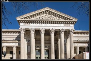 El palacio de justicia de Nîmes es un imponente monumento neoclásico. Tiene una poderosa columnata con vistas a la explanada Charles de Gaulle, inspirada principalmente en la Maison Carrée