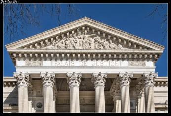 El palacio de justicia de Nîmes es un imponente monumento neoclásico. Tiene una poderosa columnata con vistas a la explanada Charles de Gaulle, inspirada principalmente en la Maison Carrée.