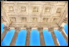 La Maison Carrée ('casa cuadrada') es el nombre que recibe popularmente este templo romano situado en el centro histórico de Nimes. Data del siglo I y, pese a sus reducidas dimensiones, es muy notable por su excelente grado de conservación. A pesar de su nombre, no es cuadrado sino rectangular... La fachada principal aunque pequeña, es de dimensiones colosales gracias al efecto óptico de una escalera que se eleva al cielo Este templo de estilo Corintio, además de su uso original, ha conocido a lo largo de su dilatada otras funciones que van desde iglesia cristiana hasta edificio oficial durante la Revolución.