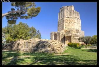 En los jardines de la Fontaine si se asciende por la colina encontramos la Torre Magna, la torre más alta y de mayor prestigio de la muralla romana. Octogonal, originariamente tenía tres niveles sobre un pedestal, hoy en día con el tercer nivel destruido alcanza los 33 metros con una vista impresionante sobre Nîmes.