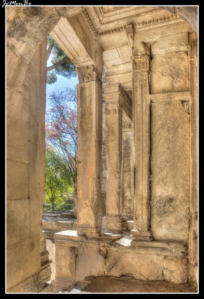 El Templo de Diana, diosa de la caza, está situado en un tranquilo rincón de los Jardines de la Fuente, el antiguo templo, es el monumento más enigmático de Nîmes. El hecho de que el templo está construido sobre una Augusteum, un santuario dedicado al emperador y su familia, sugiere que este monumento fue lugar de celebración de un culto dinástico, pero se desconoce su función exacta. De hecho, sus pasillos laterales que conducían a un nivel superior, las diversas etapas de su cubierta, los nichos de la gran sala, no se corresponden con los elementos típicos de la época greco-romana, pudiendo sugerir que hubo una biblioteca. El edificio está bastante bien conservado gracias a su reutilización como iglesia de un convento benedictino entre el siglo X y el siglo XVI, de la que todavía se pueden ver restos.