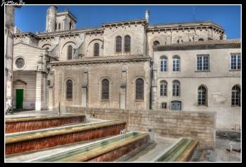 La Catedral de Nîmes fue consagrada en 1096 por el Papa Urbano II. Originalmente era de estilo románico, incorporó posteriormente elementos arquitectónicos muy diversos. El interior, es de falso estilo bizantino, con algunas capillas genuinamente barrocas. El campanario es románico y construido en el siglo XIV.