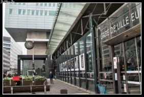 """La Torre de Lille es una torre de oficinas ubicada en el distrito financiero de Euralille , diseñada por Christian de Portzamparc. Esta emblemática torre de la ciudad de Lille también se llama """"La bota de esquí"""", """"el pinball"""" o """"la L"""". Con 116 m de alto y una superficie de 18.135 m 2, domina la estación de Lille-Europa ."""