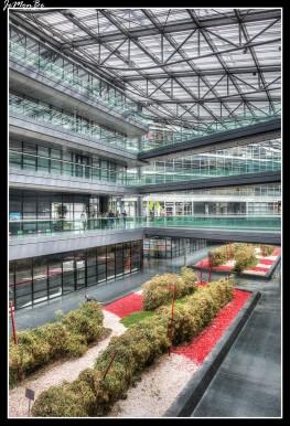 En el distrito de la estación de tren, el centro comercial Euralille, diseñado por Jean Nouvel, alberga un centenar de tiendas, restaurantes y un hipermercado bajo sus líneas futuristas