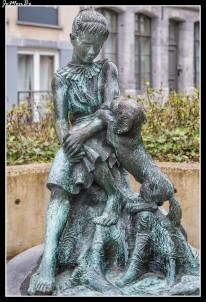 La estatua de Martine, con su perro Patapouf, es un homenaje a los autores de cómic locales, Marlier y Delahaye.