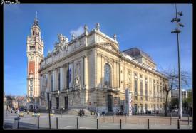 La Ópera de Lille es un edificio de estilo neoclásico construido entre 1907 y 1913, e inaugurado en 1923. La decoración escultórica de la fachada es obra de Alphonse-Amédée Cordonnier, la fachada esta precedida por una gran escalinata y un tramo de escalones de piedra de Soignies, es un símbolo de la identidad de Lille. De composición neoclásica, muestra un eclecticismo en términos de elementos arquitectónicos y decorativos. En piedra caliza, despliega tres estratos arquitectónicos (luces), que corresponden a tres estilos de fachadas. El primer piso, el piso noble, está salpicado por tres grandes ventanas arqueadas, diseñadas para inundar el gran vestíbulo con luz. Estas bahías participan plenamente en el aspecto neoclásico y la elegancia del edificio. A la izquierda, una mujer joven con una lira, representa a La Musica. Los niños pequeños tocan la pandereta y la guitarra. A la derecha, el escultor Héctor Lemaire, simbolizó la tragedia. Los putti portan máscaras de teatro y la alegoría femenina dramática y animada blande una espada, rodeada de serpientes y relámpagos. El frontón, ilustra la Glorificación de las Artes, el grupo tallado gira en torno a Apolo, el Dios de los Oráculos, las Artes y la Luz. Nuevas musas lo acompañan, reuniendo en torno a la alegoría del viento Zephyr, la poesía, la música, la comedia, la tragedia y otras artes líricas o científicas.