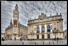 La Plaza del Teatro es la segunda plaza más importante del corazón viejo de Lille. Es una plaza hermosa, dominada por la torre del reloj de la cámara de comercio. En un lado, está la parte trasera del edificio de la bolsa vieja, en el otro, está la ópera, la cámara de comercio, y entre los dos, varios cafés aprovechando el espacio para instalar una terraza.