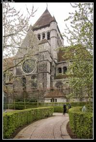 La Iglesia de San Quintín, construida en el siglo XIII, es una iglesia muy llamativa, especialmente por la mezcla del gris imponente de sus muros y el rojo intenso del tejado. El estilo es una transición del románico al gótico. Prácticamente todo el conjunto de la iglesia, incluida la torre, pertenecen al siglo XIII, a excepción de la nave central, que data de finales del XII. Se cree que, antes de la construcción de la iglesia, se hallaba en su lugar un antiguo cementerio galo-romano, que ocupaba parte de la plaza y uno de los barrios adyacentes Su aspecto imponente y el colorido de su tejado la asemejan a primera vista a una pequeña fortaleza medieval.