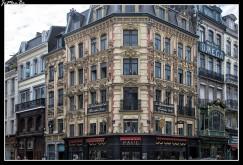 Paul es una cadena francesa de panadería / cafetería fundada en 1889 , sus productos incluyen pasteles, medialunas, sándwiches, sopas, quiches, tartas, crepes, huevos y más de 140 tipos de pan. También tienen té, vino, cerveza, agua mineral, refrescos y bebidas a base de café. La instalación de una estufa de leña en la panadería original de Lille resultó tan popular que, a medida que la cadena Paul se expandió a los centros comerciales franceses en París y otras ciudades francesas importantes, se incorporó al diseño general. Además de un cambio de librea en 1993 (al negro ahora de firma), el diseño y la estética visual de las tiendas Paul no ha cambiado. Actualmente cuenta con más de 436 panaderías / cafeterías franquiciadas, de ellas 326 en Francia.