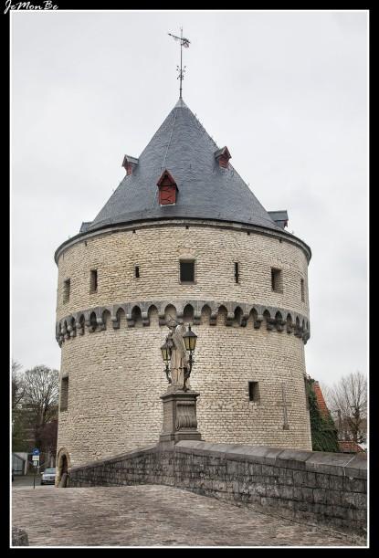 Broeltorens (Broelbrug): Estas torres gemelas de tres plantas, protegen el puente sobre el río Leie. Son parte de los últimos vestigios de las murallas medievales destruidas por Luis XIV de Francia en 1684. Están construidas con piedra caliza y arenisca. La del sur (Speytorre) fue construida en 1385 para controlar el tráfico en el Leie y era parte del recinto fortificado del primer castillo ducal de Kortrijk. La del norte (Inghelburghtorre), de 1415, sirvió como depósito de armas para la artillería. El puente Broel fue construido en 1385, destruido y reconstruido varias veces. En el centro del puente se encuentra la estatua de Johannes Nepomucemus, patrón de los ahogados.