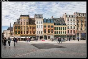 La Gran Plaza de Lille, también llamada Plaza del General De Gaulle, es una plaza icónica que data de los tiempos medievales, está ubicada en pleno centro histórico de Lille Se halla adornada por cuatro figuras femeninas. La primera de ellas, ubicada en el centro, es una diosa que conmemora al asedio de Lille por las tropas austríacas, en el año 1972. Las tres efigies restantes se pueden encontrar coronando el edificio Voix du Nord, en representación de las tres provincias principales de la región: Artois, Flandes y Hainaut. Además de las estatuas mencionados, tenemos la Antigua Bolsa de Valores es un edificio que destaca por su belleza arquitectónica de estilo clásico. Frente a ella se alza el Gran Guardia, que data de 1717. Además, es fácil encontrar bares, cafés, restaurantes para relajarse y pasar un rato agradable.