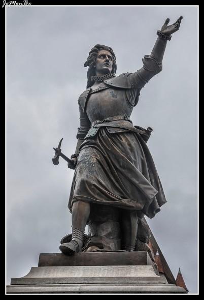 En el centro de la gran plaza se halla la estatua de Cristina de Lalaing, princesa d'Espinoy, heroína en el asedio de Tournai por las tropas españolas de Alejandro Farnesio en 1581. La estatua fue inaugurada en 1863 bajo el reinado de Leopoldo I.