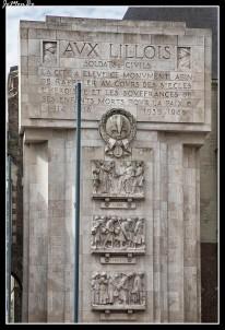 """La oficina de información turística de Lille está en un edificio antiguo, que parece un castillo, en la plaza Rihour. El palacio Rihour se construyó en 1453, cuando los duques de Bourgogne gobernaban la ciudad. Dañado por un incendio en 1700, se renovó, y ahora solamente quedan originales la escalera de honor y las dos capillas. Arriba la sala llamada del """"conclave"""" es la antigua capilla de los duques, y tiene preciosos vitrales...."""