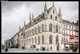 El Historisch Stadhuis, edificio gótico flamígero de 1421. Presenta una elaborada fachada con agujas de piedra y estatuas en hornacinas. En las vidrieras se ve esculpido el escudo de la ciudad y los trabajadores del principal gremio textil que existió en Kortrijk en el siglo XIII.