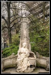 """Le P'tit Quinquin ("""" Niño pequeño """") es una canción del poeta de Lille, Alexandre Desrousseaux ( 1820 - 1892 ), escrita en en ch'ti , una de las dos lenguas regionales de la región francesa de Nord-Pas-de-Calais. Más que una canción de cuna, esta canción ilustra la vida íntima de los trabajadores en este norte del siglo XIX. El P'tit Quinquin está representado en forma de estatua hecha por Eugène Déplechin , al pie del monumento a Alexandre Desrousseaux, en el centro de la ciudad de Lille, en la plaza Foch, a pocos pasos del Grand'Place."""