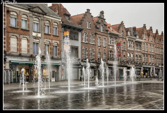 La Gran Plaza, de forma triangular, está formada por palacios del siglo XVII y dominada por el Beffroi. Rodeando la plaza hacia el sur, se ubica la elegante fachada renacentista de la Halle aux Draps (mercado de telas), levantado entre 1610 y 1611. En la parte oeste de la plaza está la románica iglesia de Saint Quintín del siglo XIII.