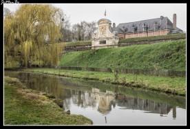 La ciudadela de Lille fue proyectada por el ingeniero militar Sébastien Le Prestre, marqués de Vauban, se construyó, entre 1667 y 1670, en el noroeste de la ciudad en una zona de marismas del río Deûle, de aproximadamente unas 1700 hectáreas. Esa situación se aprovechó para construir un sistema de inundaciones y canales de agua. Vauban dispuso un perímetro formado por fosos, avanzadillas, muros en forma de semiluna y caminos subterráneos, que constituían una serie impenetrable de obstáculos para el enemigo, de hecho es considerada como su obra maestra. La fortificación constituye una auténtica ciudad militar dentro de Lille. A mediados del siglo XIX, la ciudadela perdió parte de su carácter militar y fue reconvertida en un inmenso parque urbano.