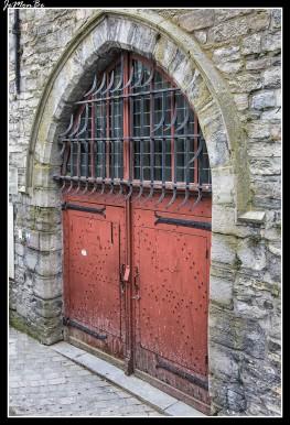 En el centro de la Grote Markt se conserva el campanario (beffroi) del siglo XIV, único resto del pequeño mercado de tejidos (lakenhalle). Rematada con tres pináculos en agujas. En la base del pináculo central se hallan dos estatuas que dan las horas (los famosos huelguistas Manten en Kalle), reproducción de los originales llevados por Felipe el Atrevido a Dijon en 1382. Este campanario, Patrimonio de la Humanidad de la Unesco como parte del conjunto de campanarios de Bélgica y Francia, es de ladrillo, ligeramente inclinado y con varios chapiteles.