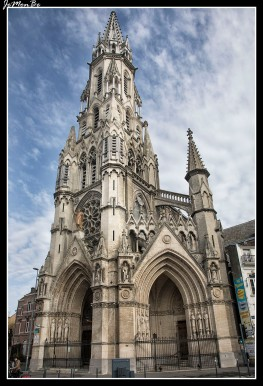 La Iglesia del Sagrado Corazón, de estilo neogótico, es la más alta de Lille. Construida a finales del siglo XIX, destaca por el conjunto de 11 vidrieras, está situada en el cruce de las calles Nationale y Solferino.