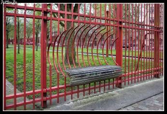 El parque Jean-Baptiste-Lebas, construido en un bulevar abierto en 1865, se encuentra en el principal eje histórico de comunicación desde Lille hasta el sur. Da acceso a la estación de Saint-Sauveur, una antigua estación de mercancías reconvertida en instalaciones culturales. Este parque urbano de 3 hectáreas está rodeado por una valla roja con ocho puertas obra de los paisajistas de West 8(firma holandesa.)