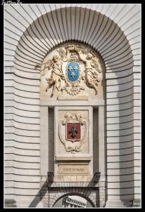 La Puerta de París, es una construcción del siglo XVII que se mantiene en perfecto estado a día de hoy. Esta construcción formaba parte de las murallas de Lille y era una de las numerosas puertas que tenía. Se trata de un arco del triunfo de 29 metros de altura que se construyó entre 1685 y 1692, para conmemorar las victorias del rey Luis XIV. Tiene dos fachadas diferentes, un pasillo con techo abovedado y una parte central con figuras mitológicas, columnas de estilo dórico y diferentes esculturas (Marte y Hércules), entre otros elementos.