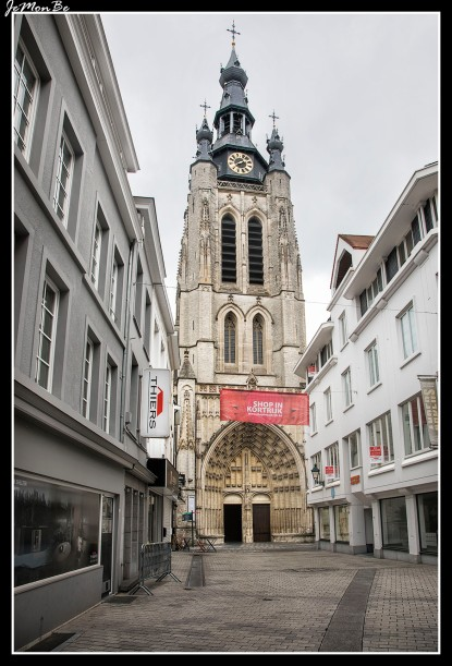 La torre gótico-brabantina de 83 m que destaca entre los tejados de Kortrijk pertenece a la iglesia gótica de San Martín construida en entre 1390 y 1466 sobre las ruinas de la capilla de St-Eloi, del siglo VII. El pórtico, de finales del siglo XVI, tiene una estatua del santo en mármol blanco obra de Constant Devreese. El interior se divide en tres naves de estilo brabantino puro.