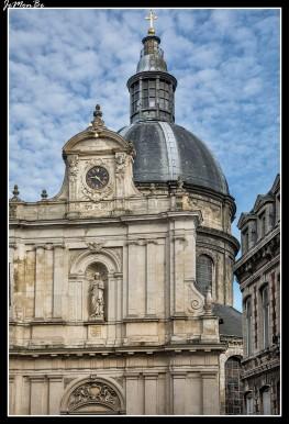 """La iglesia Sainte-Marie-Madeleine es una iglesia situada en el distrito de Old Lille, Lille. Apodada """"la gorda Madeleine"""" por su silueta achaparrada y su cúpula barroca. La iglesia es una curiosa mezcla de varios estilos, combina el renacimiento flamenco para la decoración del coro, la antigua Grecia para la elevación de la cúpula, las órdenes dóricas y jónicas de sus columnas y el estilo barroco para las alas de la fachada."""