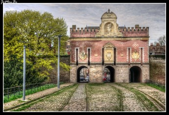 La puerta de Roubaix, es una puerta de Lille , inscrita en el antiguo recinto español construido entre 1617 y 1621 por los Archiduques Alberto e Isabel , gobernadores de los Países Bajos. Inaugurada en 1625, fue preservada por Vauban , durante la reconfiguración de las fortificaciones en1668, en 1875 fue perforada por dos arcos laterales para permitir el paso del tranvía. En el interior, su fachada está hecha de ladrillos policromados trabajados en chevron y sus ventanas están enmarcadas por cuerdas de piedra. En el exterior, la cornisa almenada y los surcos en los que se alojaban los brazos del puente levadizo aún recuerdan su vocación defensiva.