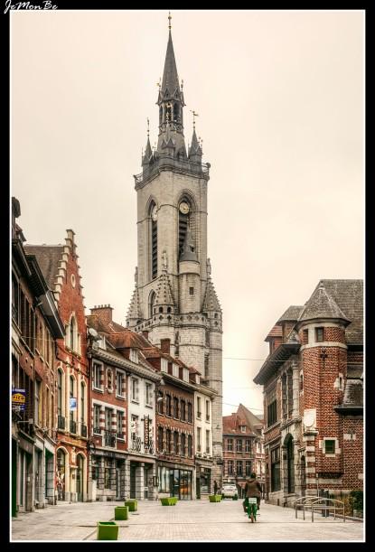 El Beffroi de Tournai es el más antiguo de Bélgica. Iniciado en 1187 y reforzado en 1294 con cuatro torrecillas angulares, tiene 74 m de alto y posee un carillón de 43 campanas, dos de ellas de 1392, y las demás de los siglos XVI al XIX. Se pueden subir sus 257 escalones para descubrir un bello panorama de Tournai y sus alrededores. Tuvo función de prisión hasta el siglo XIX.