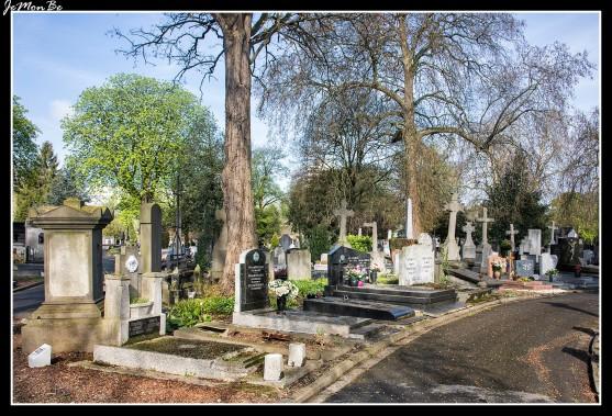 Al noreste de Lille, entre el centro Euralille y el barrio Saint-Maurice-Pellevoisin, el cementerio del Este se extiende sobre 22 hectáreas. Es uno de los cementerios más viejos de esta importancia en Francia y seguramente uno de los más bonitos de la región. En 1779, año de su creación, no era más que un parque muy enarbolado que pertenecía a una familia que deseó que el lugar guardase su aspecto paisajista. Entre las 36.000 tumbas que contiene el cementerio, el visitante podrá descubrir los nombres de los grandes hombres que dieron renombre a la región. Recorrer las avenidas de este gran cementerio, es recorrer la historia de la ciudad y la historia de Francia, pudiendo admirar un gran patrimonio arquitectónico, tumbas y capillas funerarias cerca de la entrada principal.