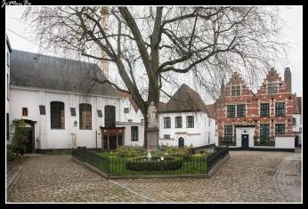 Un grupo de casas encaladas conforma el pequeño pero encantador Begijnhof St-Elisabeth de Kortrijk, fundado en 1238 forma parte del conjunto de beguinajes flamencos. Estos beguinajes medievales alojaban comunidades de mujeres devotas, tanto religiosas como laicas, que no estaban comprometidas por votos de tipo monástico, y vivían de forma autónoma, ya que no dependían de ninguna jerarquía religiosa o laica. La estatua de la fundadora, la condesa de Flandes, Juana de Constantinopla, adorna la pequeña plaza. En la actualidad conserva 41 casitas del siglo XVII, de arquitectura barroca con frontones escalonados.