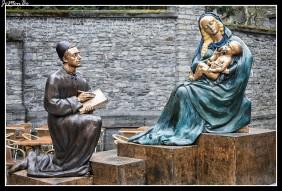 """El monumento a Roger van der Weyden, de Wolfers (1935), que representa a """"San Lucas pintando a la Virgen""""."""