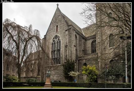 La iglesia de Nuestra Señora es un edificio gótico, fundado por el rey Balduino IX de Constantinopla y construido entre los siglos XIII y XIV. En la fachada tiene torres con pesados contrafuertes. Aquí se encuentra el mausoleo del conde Luis II de Flandes (Lodewijk van Male).