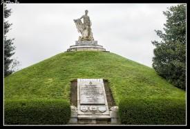 """Este monumento conmemora la memoria de los soldados de Vendée que cayeron el 24 de agosto de 1914 para defender Tournai del asaltante alemán. La estatua que corona el montículo sobre una base cuadrada es un """"gigante"""" hecho por Egide Rombaux. El escultor eligió el símbolo del gigante en referencia al apodo """"Gigantes de Vendée"""" que les había dado Napoleón Bonaparte a los vendeanos en homenaje a su valentía durante su levantamiento contra la Convención. Originalmente, el """"Gigante"""" de tres metros cincuenta con el cuerpo del atleta sostenía en el extremo del brazo derecho la antorcha de la Civilización mientras los rayos de la Ley estaban alineados a sus pies. En mayo de 1940, la antorcha y la pierna derecha serán arrancadas por un proyectil, por lo que la inscripción """"Mutilado en mayo de 1940"""" se agregó a la base. La nariz del gigante se vio alterada por el desgaste del tiempo y la contaminación. La antorcha de la Llama eterna, rodeada por los escudos de armas de Fontenay, Sables d'Olonne y La Roche-sur-Yon (las tres ciudades de las que provienen los soldados) completan el conjunto."""