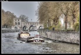 El Escalda a su paso por Tournai se puede cruzar por el famoso Pont des Trous (Puente de los Agujeros) que constituye el resto más impresionante de las antiguas murallas. Es un puente de tres arcos apuntados entre torreones semicirculares, que fue construido en 1281-1304. En 1948 el puente se elevó 2,40 m para facilitar la navegación fluvial.