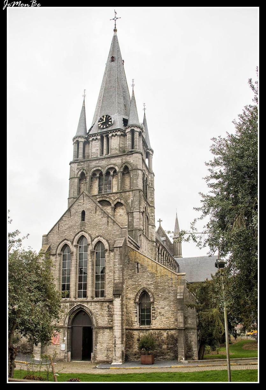 La iglesia de Saint-Jacques, fue edificada durante los siglos XII y XIV en estilo gótico propio de Tournai, un estilo que iba a influir en muchas iglesias en Flandes. Situada fuera de las murallas, acogía a los peregrinos que llegaban a la urbe. Esta iglesia ilustra la transición entre el románico y el gótico. Su parte más antigua es la mitad inferior de la torre de la iglesia románica construida en 1150.